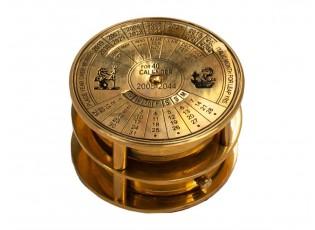Dekorace kovový kalendář a kompasem a lupou - Ø7*4cm